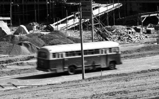 Ônibus passa em meio às obras
